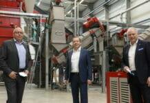 Palurec-Anlage zur Verwertung der Kunststoff-Aluminium-Anteile geht in Betrieb. Palurec-Eröffnung mit (von links) Stephen Naumann (Elopak), Robert Kummer (SIG Combibloc) und Stephan Karl (Tetra Pak). (Bild: Fachverband Kartonverpackungen für flüssige Nahrungsmittel e.V. FKN)